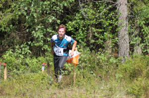 Elmeri Toivanen spurttaa plaketille SM-keskimatkalla 2014.