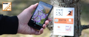 MOBOssa suunnistetaan älypuhelimen avulla.